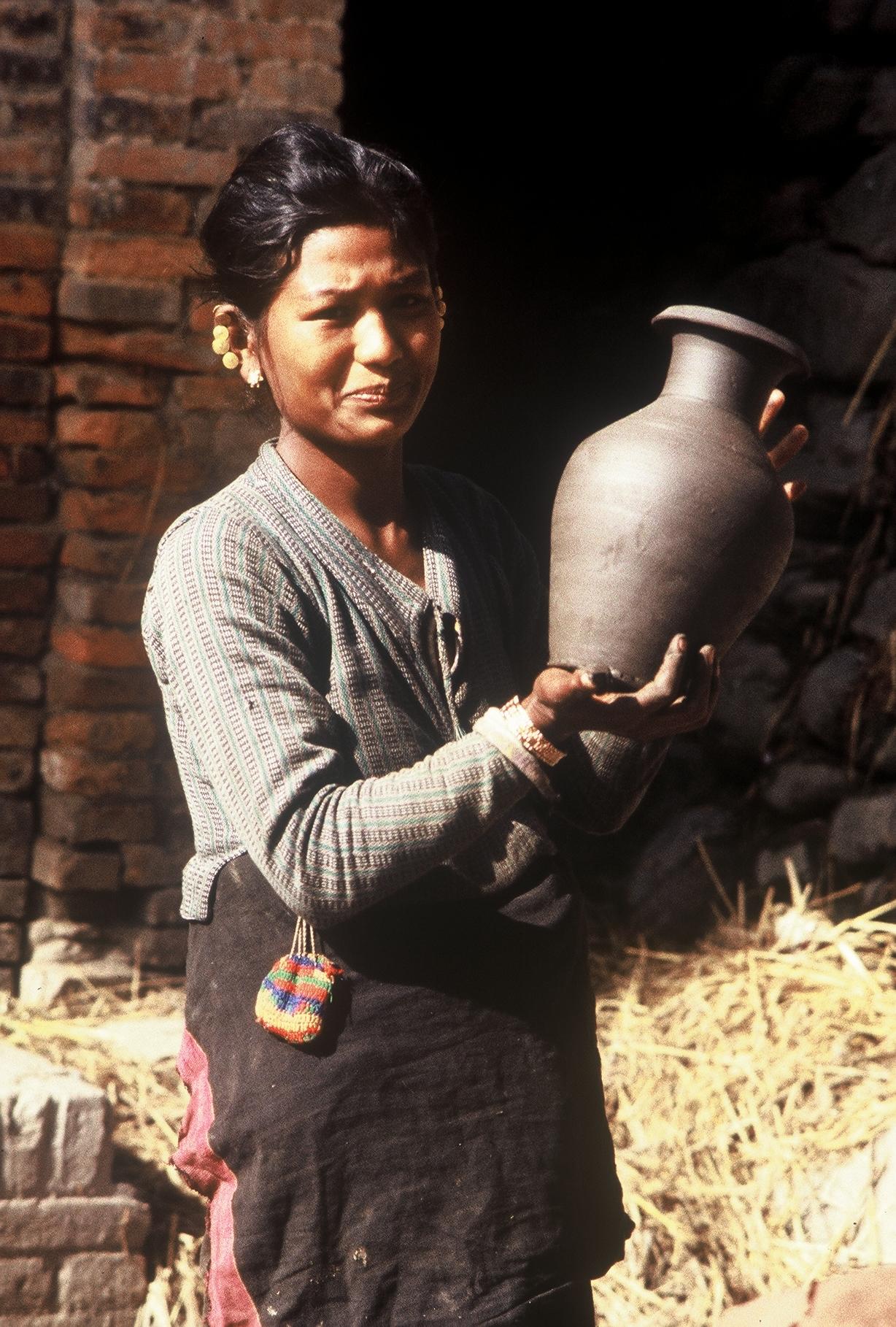 Potière Newar, place des potiers de Bhaktapur, Népal 1981