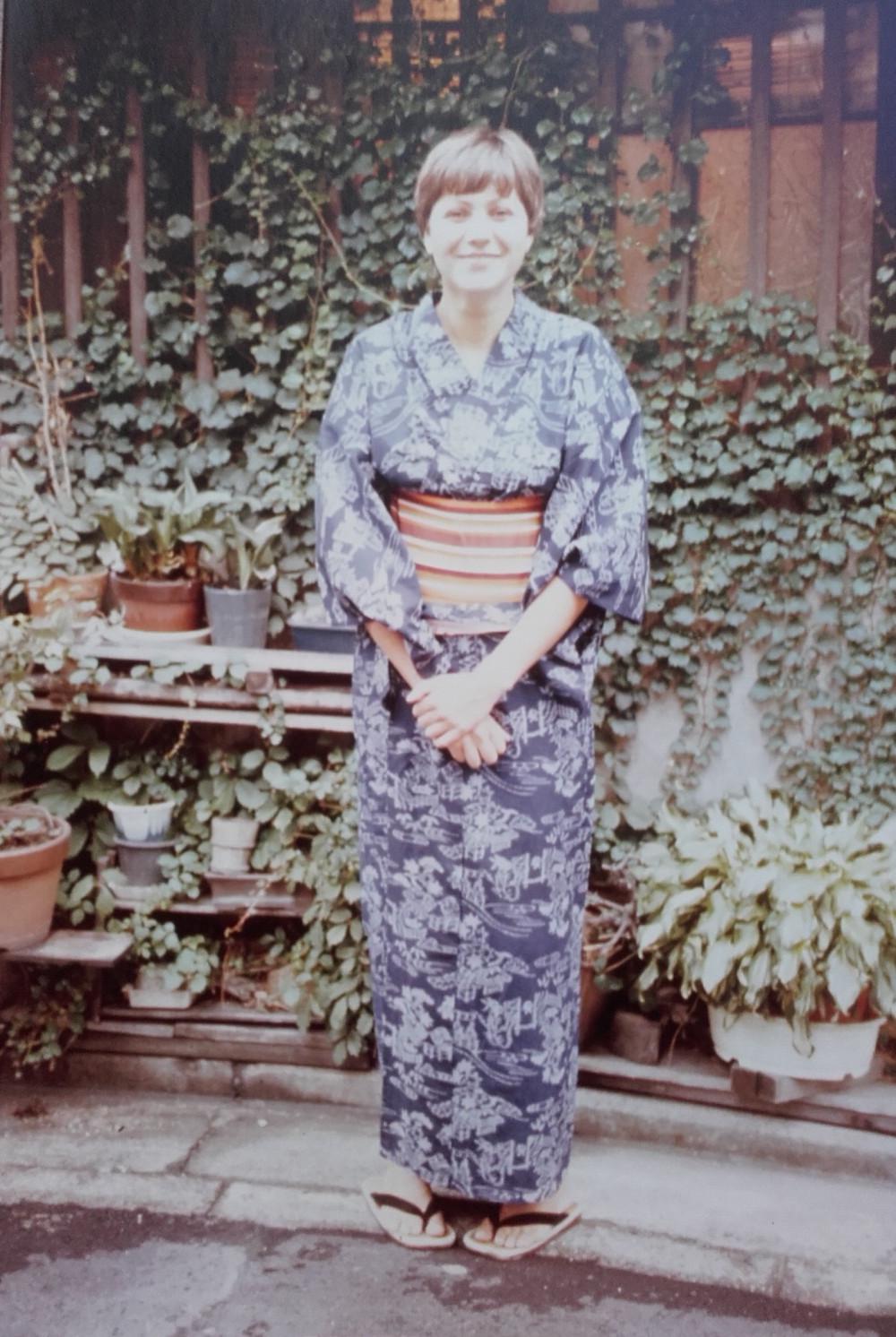 Devant la petite maison du quartier Oike-Muromachi,Kyoto 1982