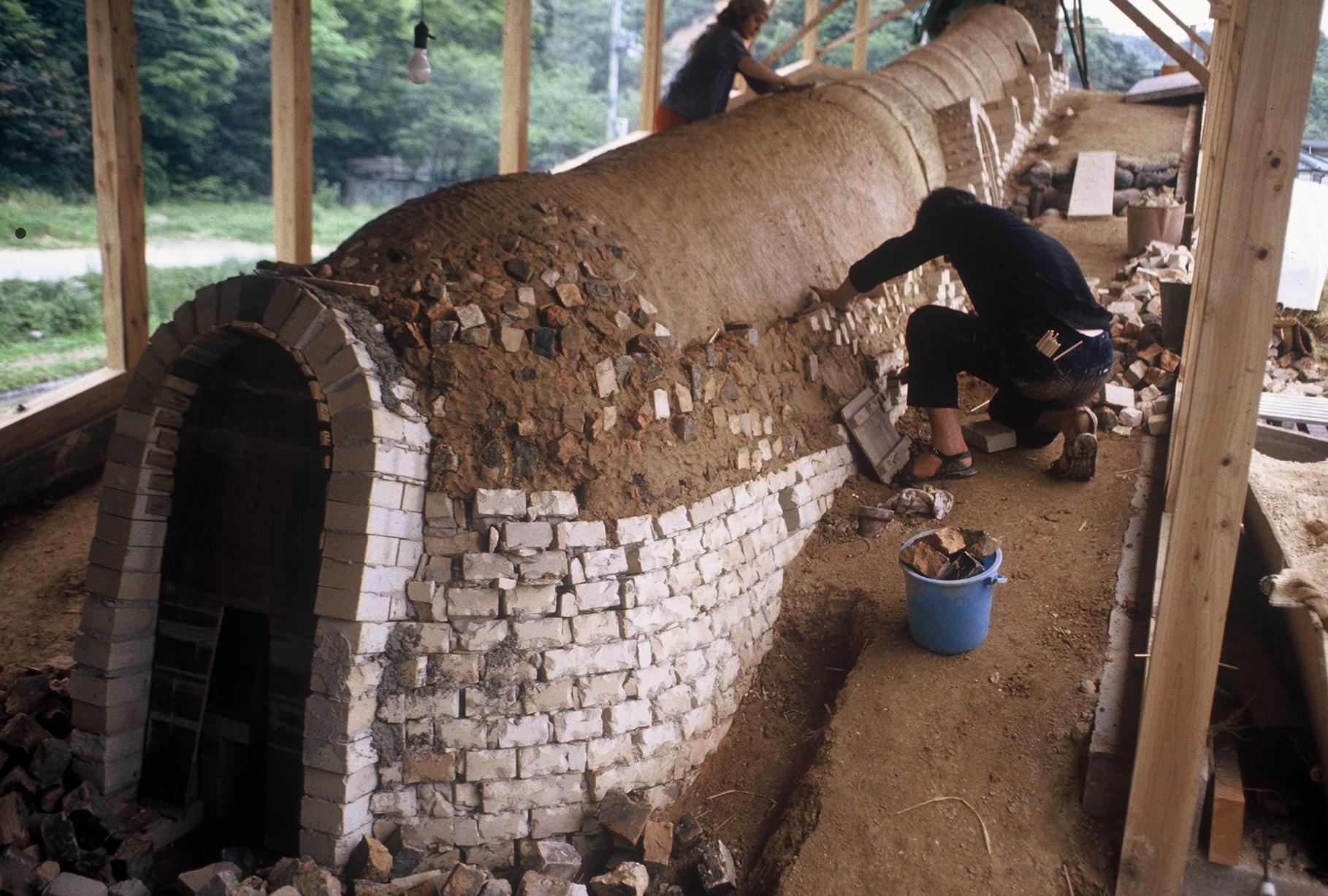 Construction d'un four Anagama,Hamazaka,Japon 1982