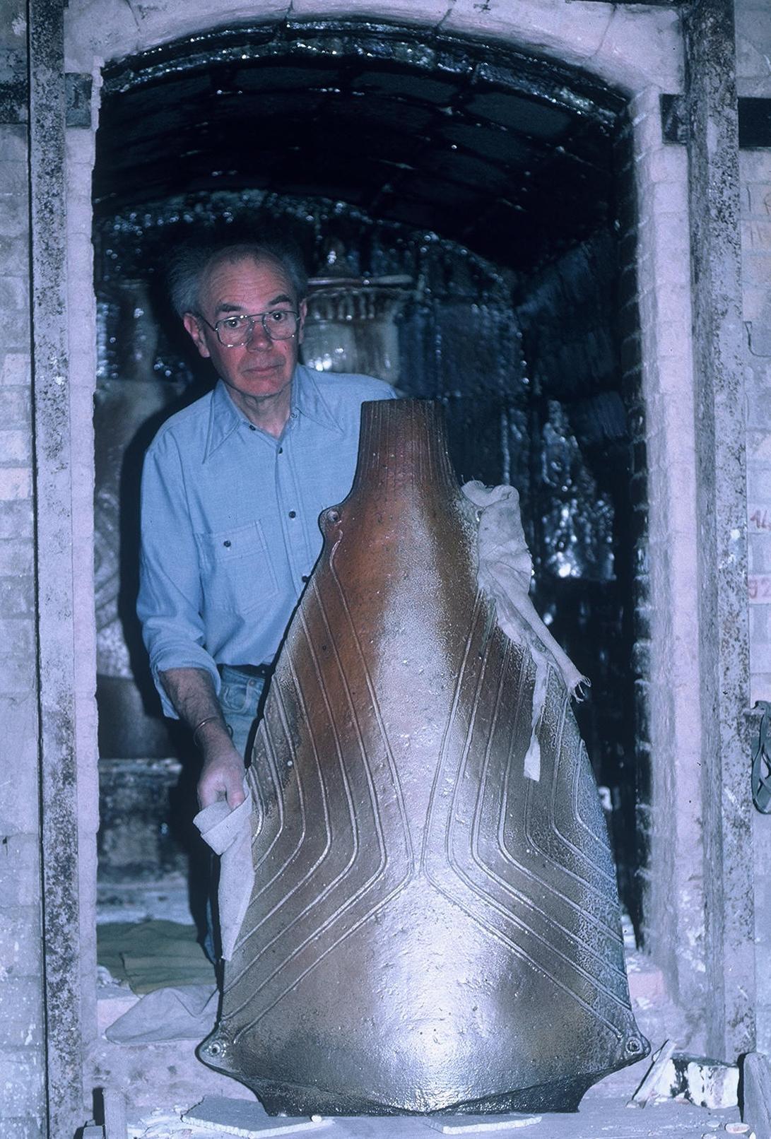 Gustave Tiffoche défournant une sculpture du four à bois, Guérande 1986