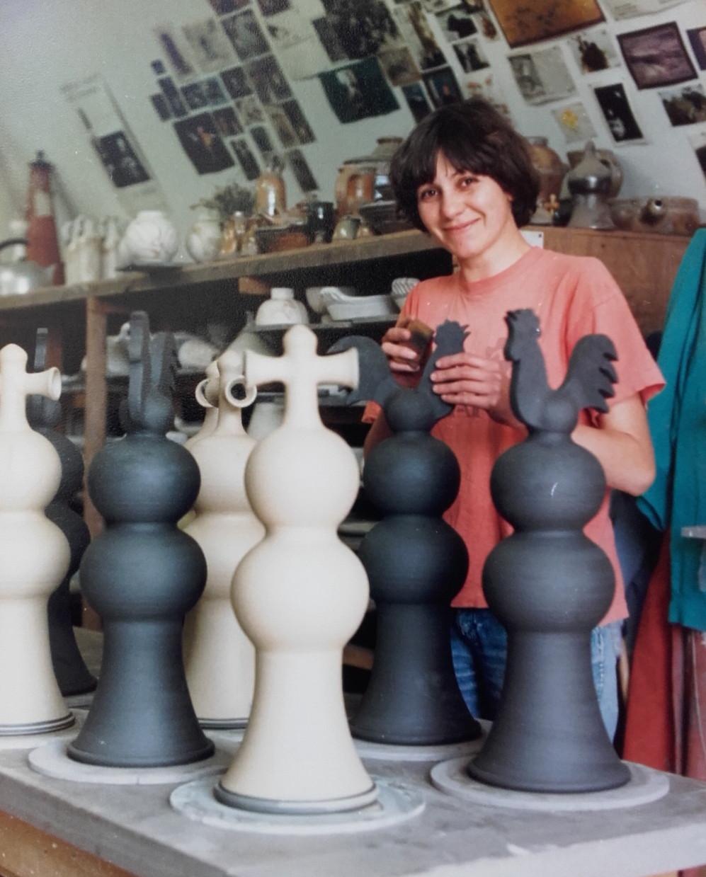Finition des épis de faitage à la poterie du Don, Cantal 1987